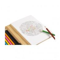Carnet cartonné avec dessins et crayons