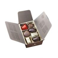 Etui garni 7 chocolats assortis emballé papier rouge avec ruban.