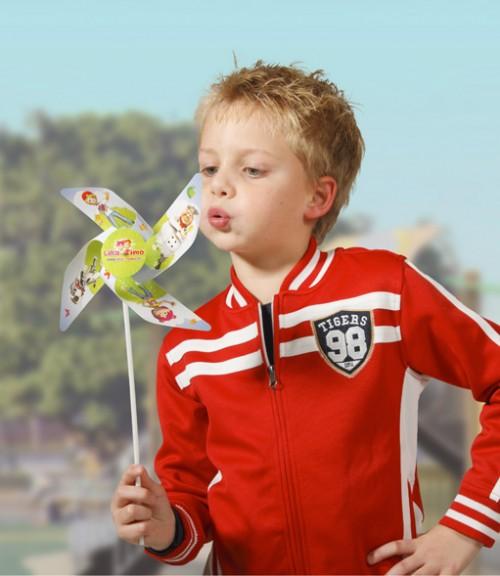 Moulins à vent, fleurs et hélices éoliennes publicitaire