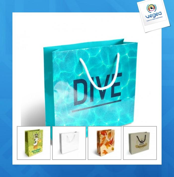 Moyen sac en papier logoté luxe